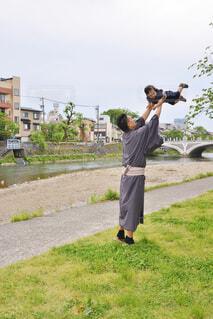 息子を高い高いするパパの写真・画像素材[1569600]