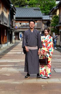 着物を着て立っている夫婦の写真・画像素材[1569601]