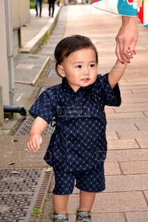 甚平を着て歩いている男の子の写真・画像素材[1569604]