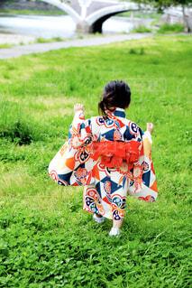 着物を着て歩いている女の子の写真・画像素材[1569607]