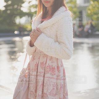 ピンクの鞄を持った少女の写真・画像素材[1541909]
