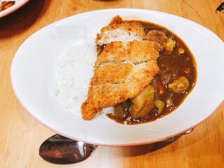 テーブルの上に食べ物のプレートの写真・画像素材[1544506]