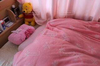 ベッドの上のぬいぐるみの写真・画像素材[1548389]
