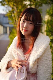 白いシャツの女の写真・画像素材[1548422]