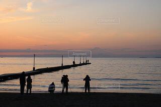 水の体の近くのビーチに人々 のカップルの写真・画像素材[1550430]