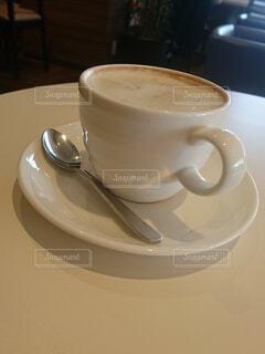 テーブルの上のコーヒー カップの写真・画像素材[1550540]