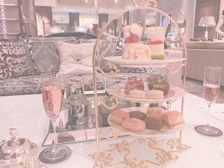 家具やテーブルの上に花瓶で満たされた部屋の写真・画像素材[1550604]