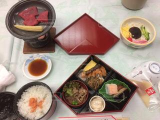 テーブルの上に食べ物の種類でいっぱいのボックスの写真・画像素材[1550655]