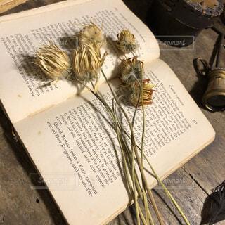 テーブルの上の本の写真・画像素材[1633024]