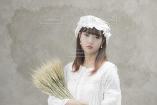 白いシャツを着ている人の写真・画像素材[1633029]