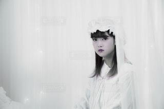 白いシャツを着ている女性の写真・画像素材[1633031]