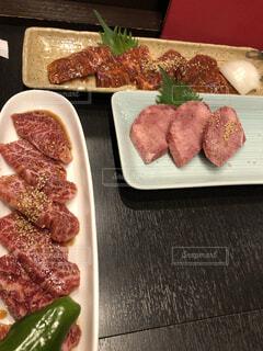 テーブルの上に食べ物の種類でいっぱいのボックスの写真・画像素材[1642286]