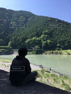 川で遊ぶ友人を眺める男の写真・画像素材[1543770]