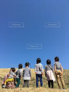 青空を見上げる子供たちの写真・画像素材[1552345]