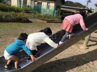 公園ですべり台する子供たちの写真・画像素材[1553312]