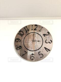 壁に掛かっている時計の写真・画像素材[2700522]