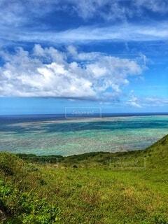 RPGみたいな丘からの海の写真・画像素材[2713920]
