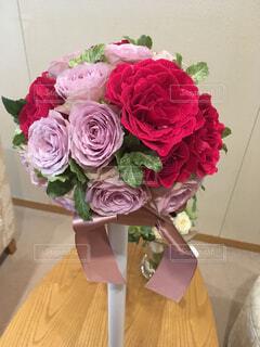 テーブルの上のピンクの花の花束の写真・画像素材[1542883]