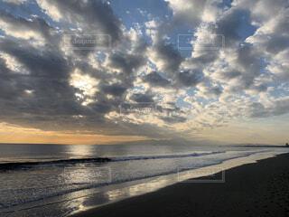 ビーチに沈む夕日日の入り前の海岸の写真・画像素材[2885337]