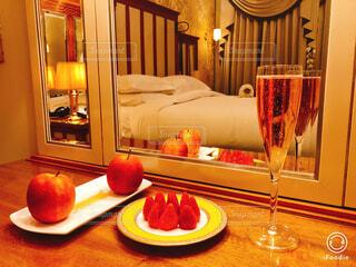 テーブルの上に赤ワインを一杯置くの写真・画像素材[2266357]