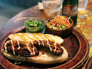 テーブルの上に食べ物のプレートの写真・画像素材[1543704]