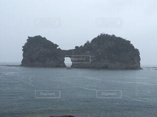 夕日で有名な円月島の写真・画像素材[1589413]