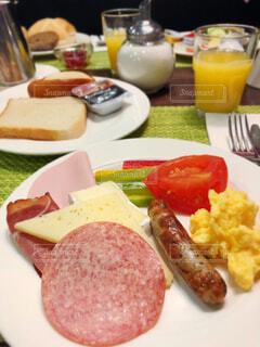 食卓の上の食べ物の皿の写真・画像素材[2187630]