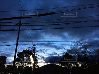 朝焼けとバス停の写真・画像素材[1662738]