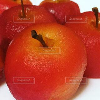 真っ赤なリンゴのコンポートの写真・画像素材[1549888]