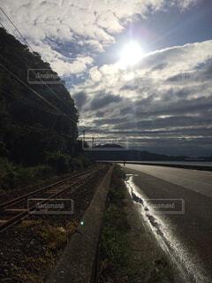 電車は曇りの日に山から降りてきたの写真・画像素材[1544598]