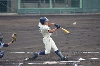ボールにバットを振る野球選手の写真・画像素材[1546684]