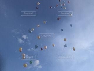 空に凧の飛行の人々 のグループの写真・画像素材[1544913]