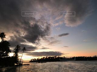 水の体に沈む夕日の写真・画像素材[1545768]
