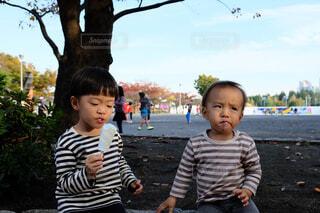 公園で座っている若い男の子の写真・画像素材[1546330]