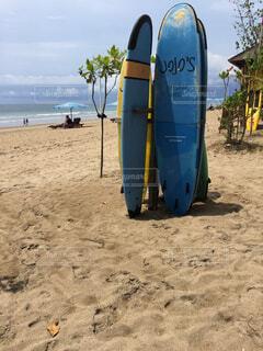 砂の中のサーフボードとビーチの写真・画像素材[1545624]