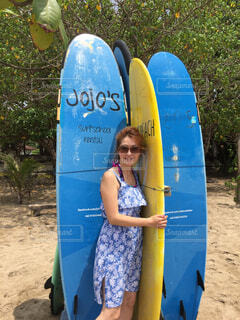 ビーチでサーフィンボードと一緒にの写真・画像素材[1545627]