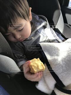 食べながら寝落ちの写真・画像素材[1563097]