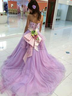 紫のウェディングドレスを着た女性の後ろ姿の写真・画像素材[1563510]
