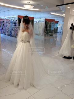 純白のウェディングドレスを着た女性の写真・画像素材[1563512]