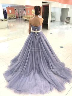 ウェディングドレスを着た女性の後ろ姿の写真・画像素材[1563517]