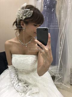 ウェディングドレス姿で自撮りをする女性の写真・画像素材[1563518]
