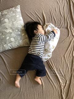 気持ち良さそうに寝ている赤ちゃんの写真・画像素材[1558585]
