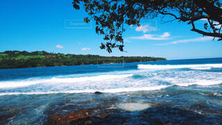 水の体の真ん中に島の写真・画像素材[1761149]