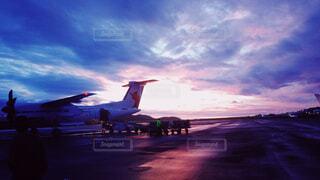 旅客機、滑走路の上の写真・画像素材[1761150]
