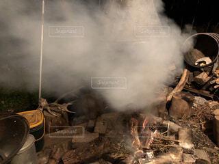 もうもうと出てくる煙の写真・画像素材[1547034]