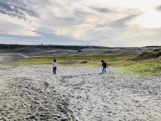 砂浜の子供達の写真・画像素材[1564580]