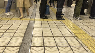 電車を待つ人達の写真・画像素材[1548118]