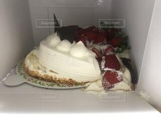 崩れてしまった誕生日ケーキの写真・画像素材[1992350]