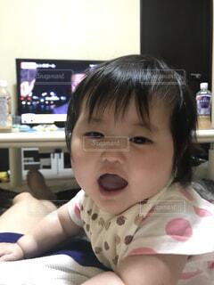 テーブルの上に座って赤ちゃんの写真・画像素材[1614228]