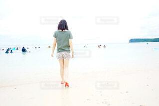 ビーチに立っている人の写真・画像素材[1833874]